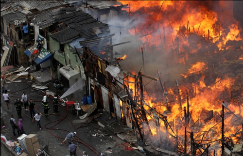Fire in favela in Zona Sul in Sept 2012. Credit: Evelson de Freitas/AE